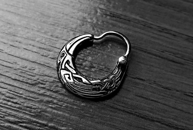 Чоловіча сережка ′Ворон′ (маленька, двостороння, срібло)