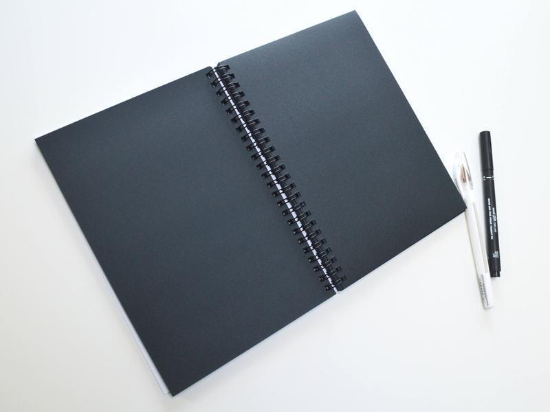 Скетчбук А6 с черными страницами и белой ручкой. рисунок Амстердам.