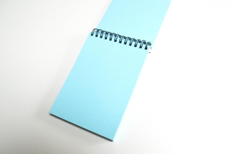 """Скетчбук А5 """"Кит"""" с голубыми страницами."""