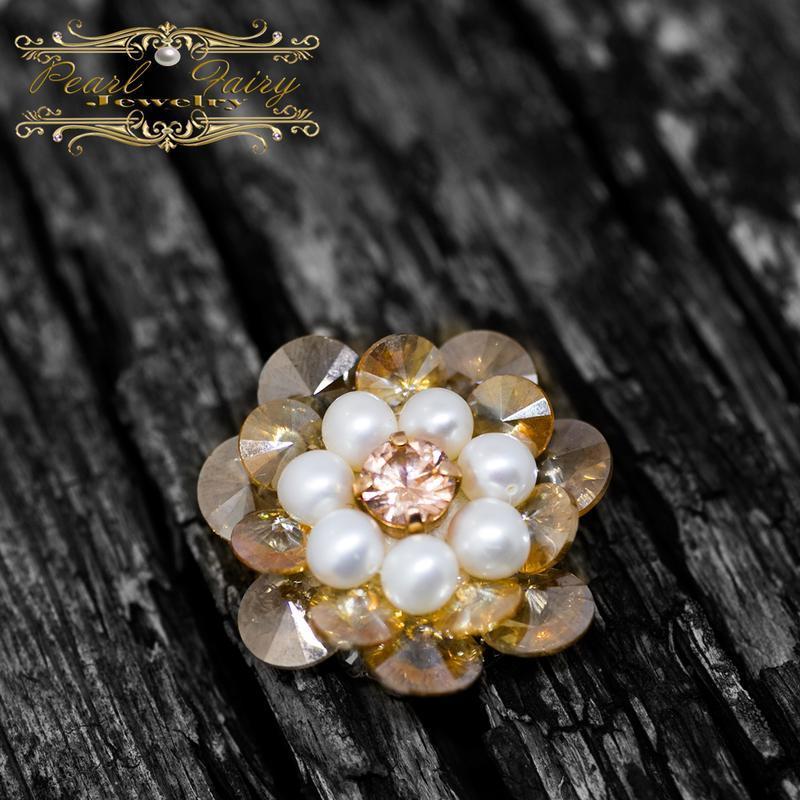 Брошь из натурального жемчуга и кристаллов Цветок