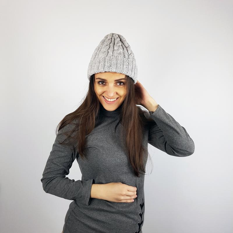 Серая вязаная крутая шапка с косами бини от Bregoli design
