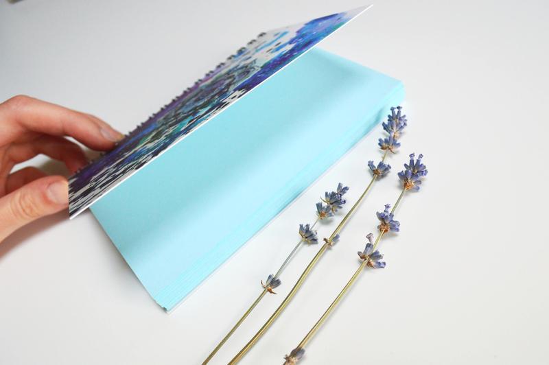 блокнот Мандала с голубыми страницами.