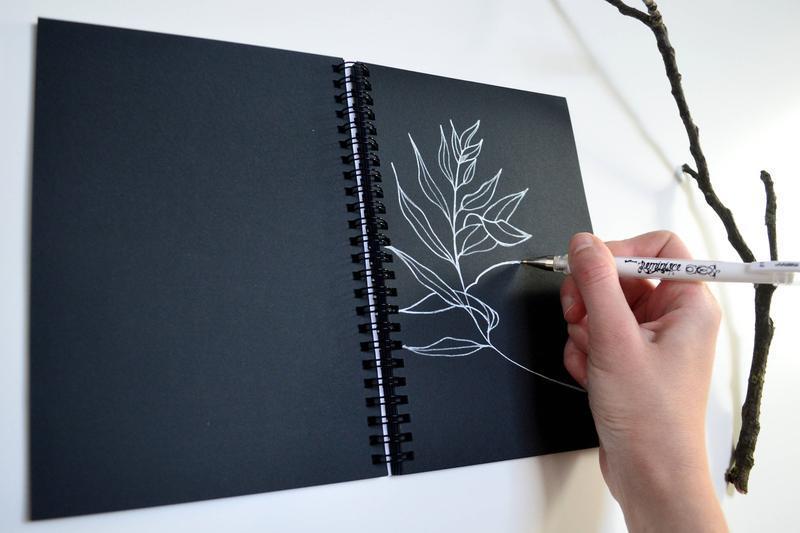 """Блокнот черные страницы и белая ручка. иллюстрация """"Созвездия"""""""