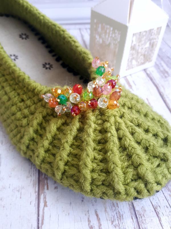 вязаные нежно зеленые теплые домашние тапочки с цветными бусинами