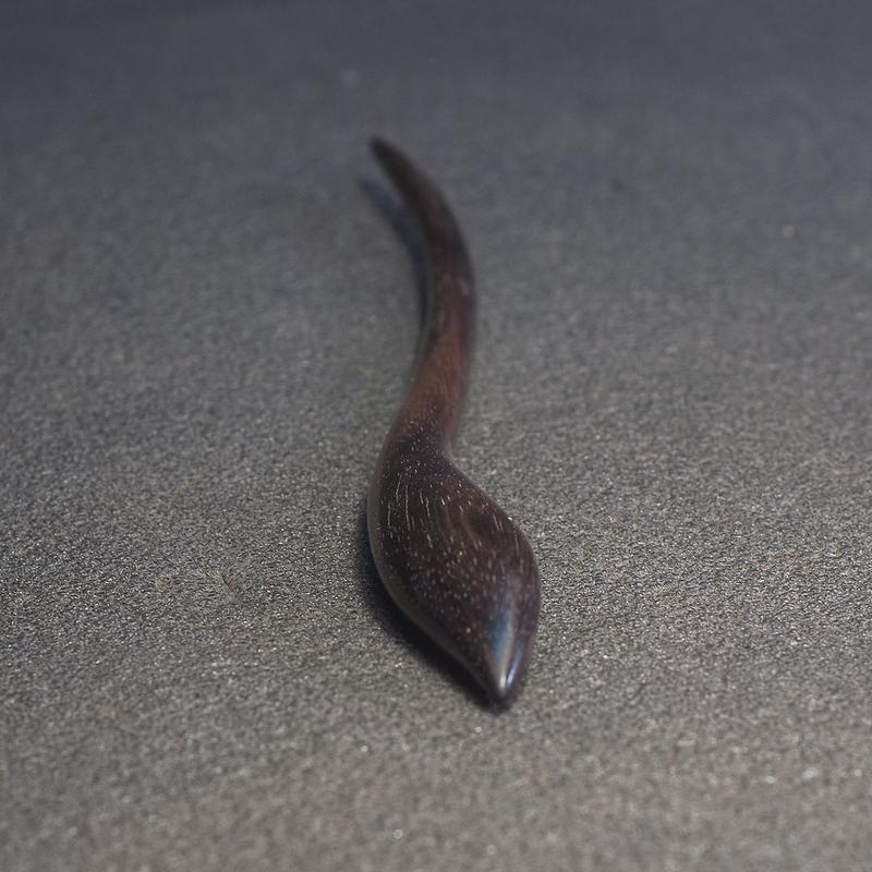 Шпилька для волос из дерева с камнем