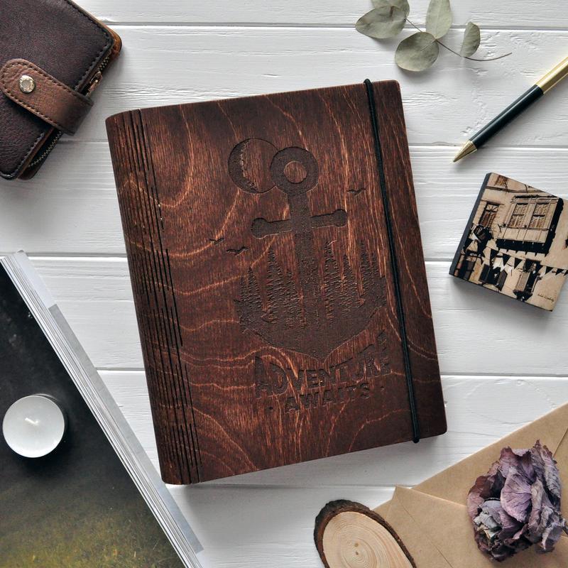 "Блокнот из дерева / Деревянный блокнот / Скетчбук ""Adventure awaits"""