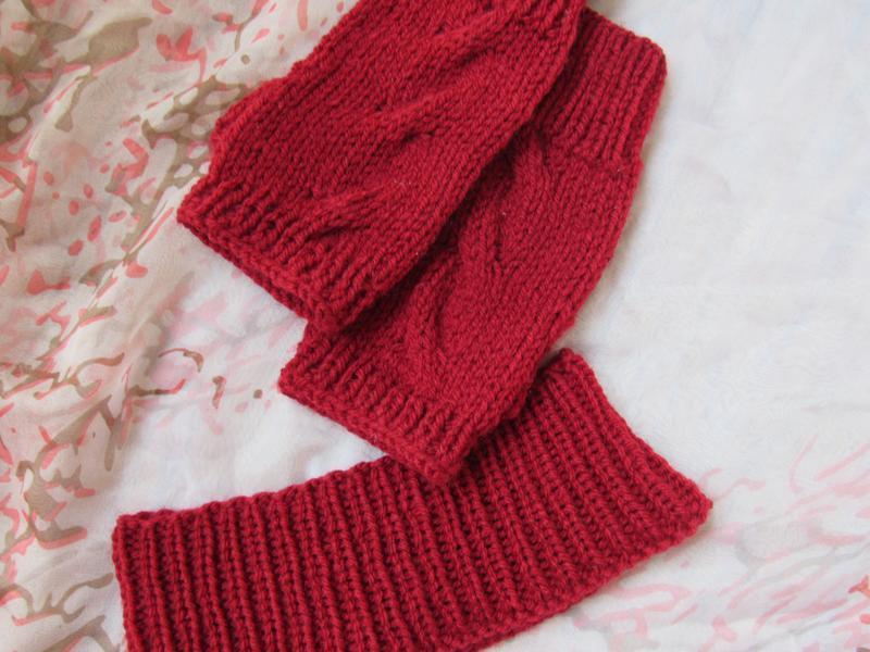 Вязаный весенний комплект из повязки на голову и митенок