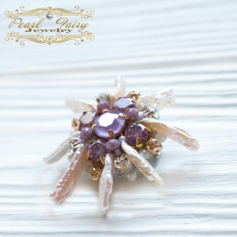 Брошь с кристаллами Swarovski и натуральным жемчугом Бива