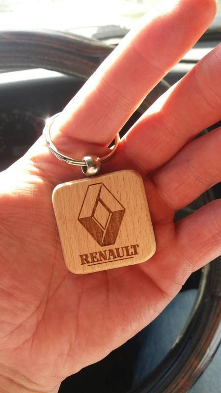 деревянный брелок с лазерной гравировкой Renault