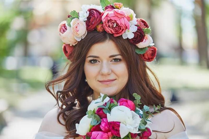 Стильным дополнением такому наряду станет повязка или вязаная корона, которая сможет быть и самостоятельным аксессуаром для фотопортрета.