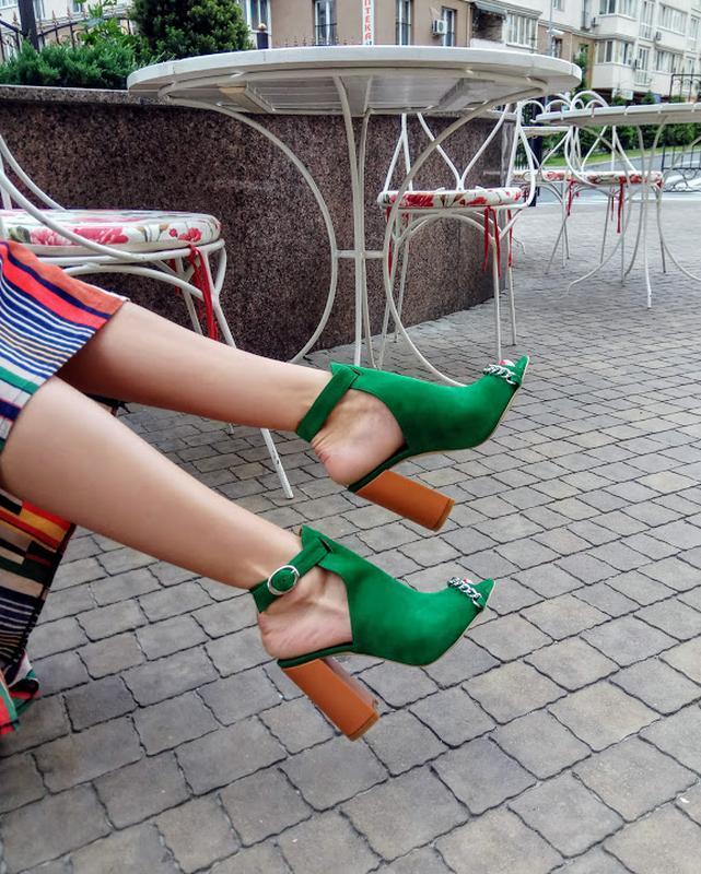 Велюровые босоножки на устойчивом каблуке Sparkle Green