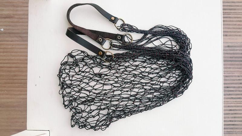 Авоська черная с черными кожаными ручками и бронзовой фурнитурой