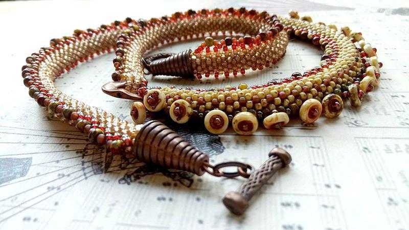 Колье - горчичный коричневый жгут украшение на шею из бисера и бусин на каждый день. Подарок женщине