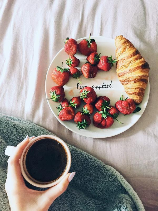 "Тарелка с надписью ""Приятного аппетита"" на французском языке"