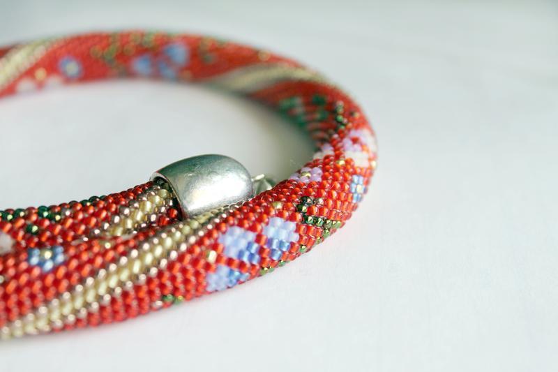 Жгут красный с цветочным орнаментом разноцветные мальвы, украшение на шею в этническом стиле.