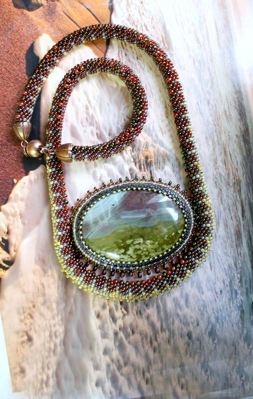 Колье – кулон, украшение из бисера, натурального камня и вязаный жгут.