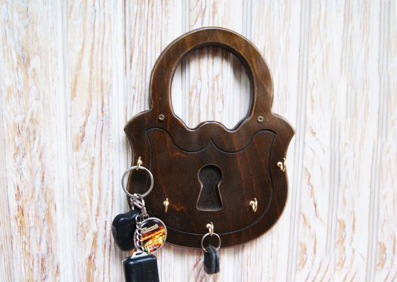 Деревянная настенная ключница для прихожей в форме замочка