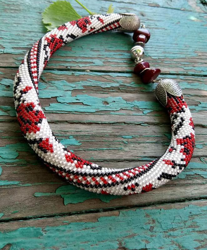 Этническое украшение. Колье - жгут, украинский орнамент красные розы на белом. Серьги в подарок.